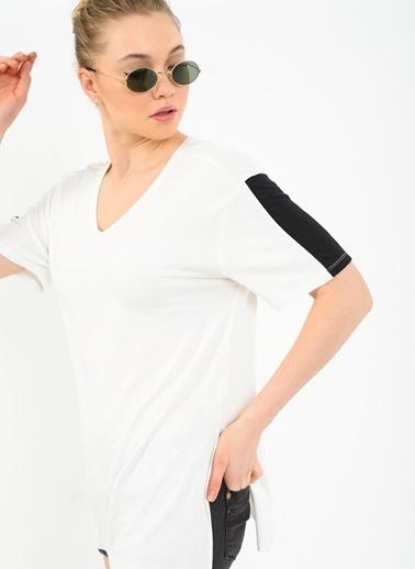Kolu Şeritli V Yaka Tişört-Ola